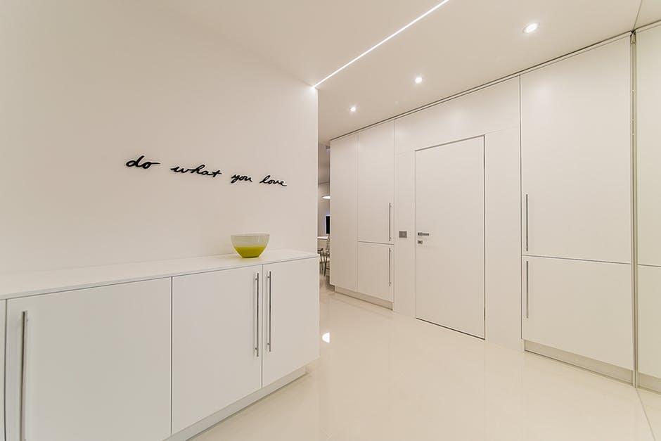 Jak wybrać idealne oświetlenie na korytarz i schody?